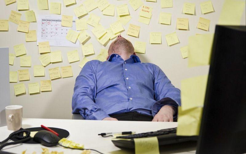 Homem dormindo no emprego