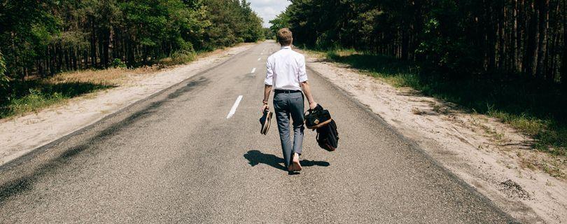 homem andando sem rumo