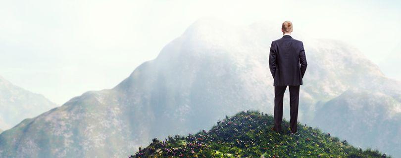 homem avistando a montanha