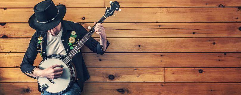 homem tocando instrumento