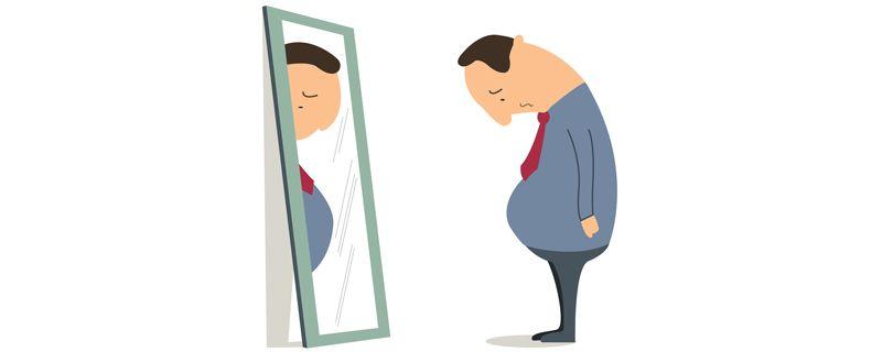 homem triste no espelho