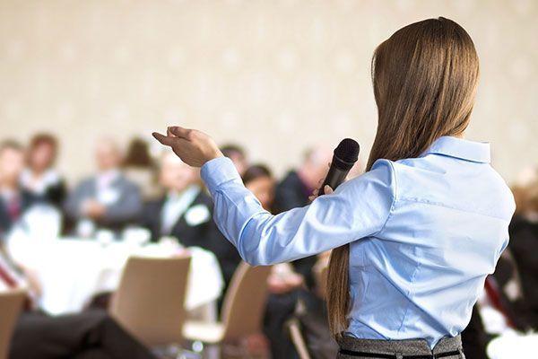 mulher falando em publico