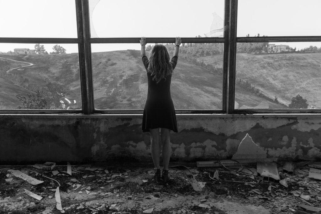 mulher se sentindo abandonada