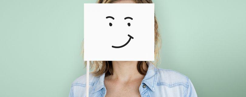 pessoa com sorriso de papel