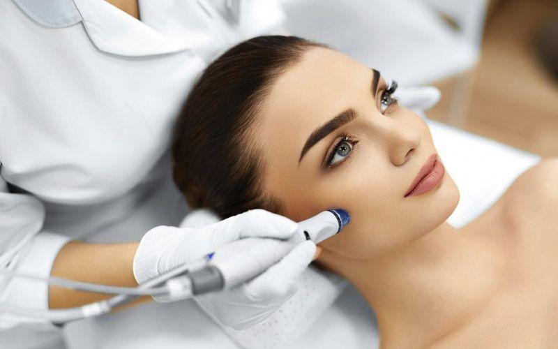 Cosmetologa trabalhando