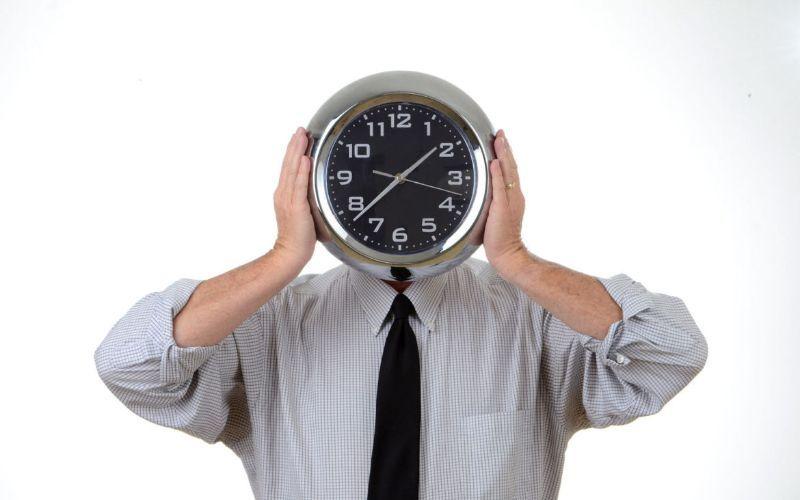 Homem com cara de relógio