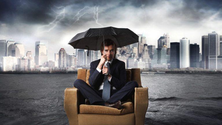 Homem com guarda chuva