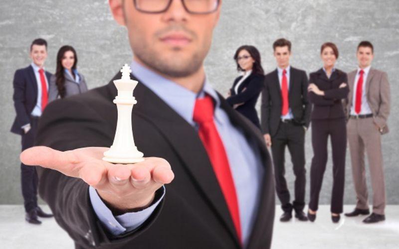 Homem com peça de xadrez