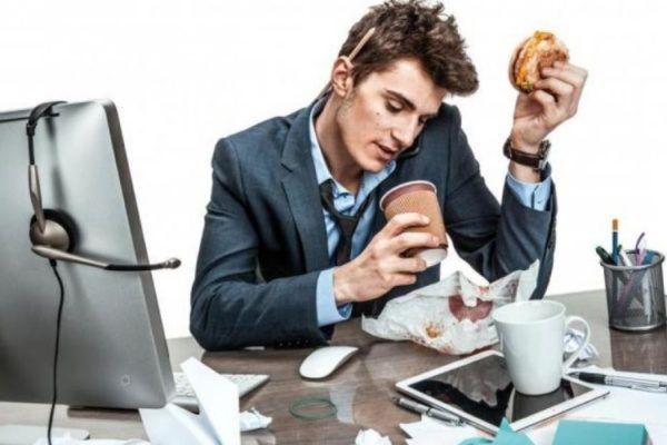 Os 6 hábitos terríveis que incomodam os colegas de trabalho