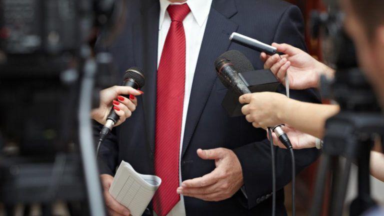 Homem dando entrevista