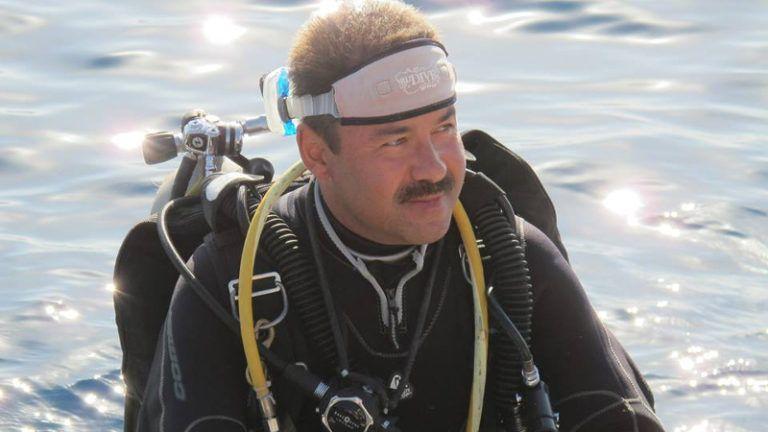 Homem instrutor de mergulho