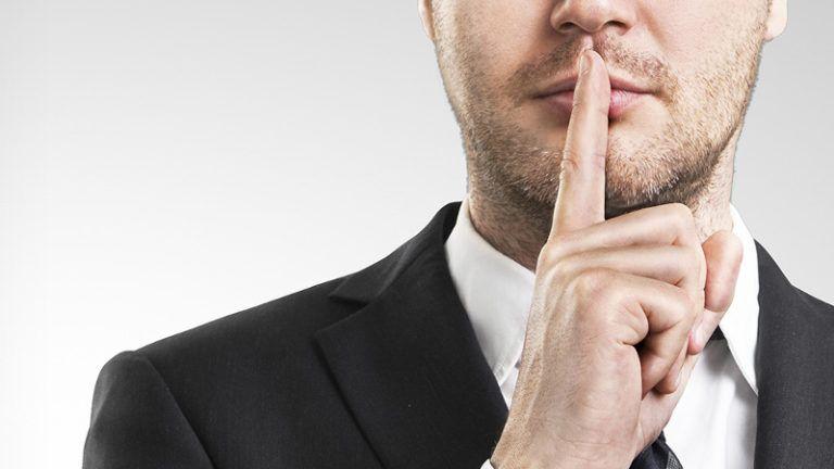 Homem pedindo silencio