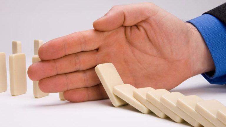 Homem segurando um dominó