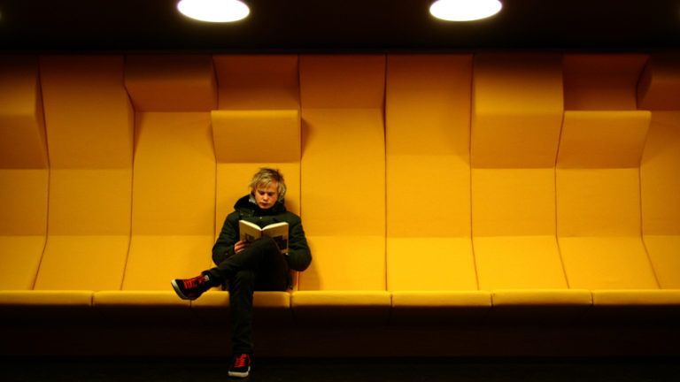 Jovem lendo
