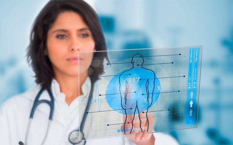 Médica utilizando dispostivios eletrônicos