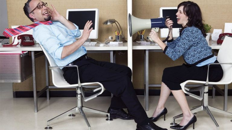 Moça berrando com colega