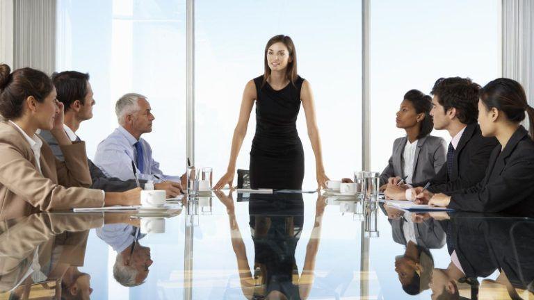 Mulher conduzindo uma reunião