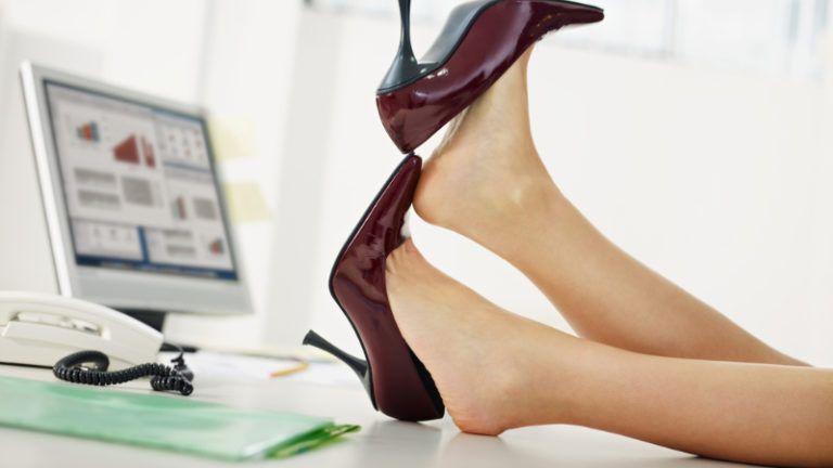 Mulher tirando os sapatos no escritório