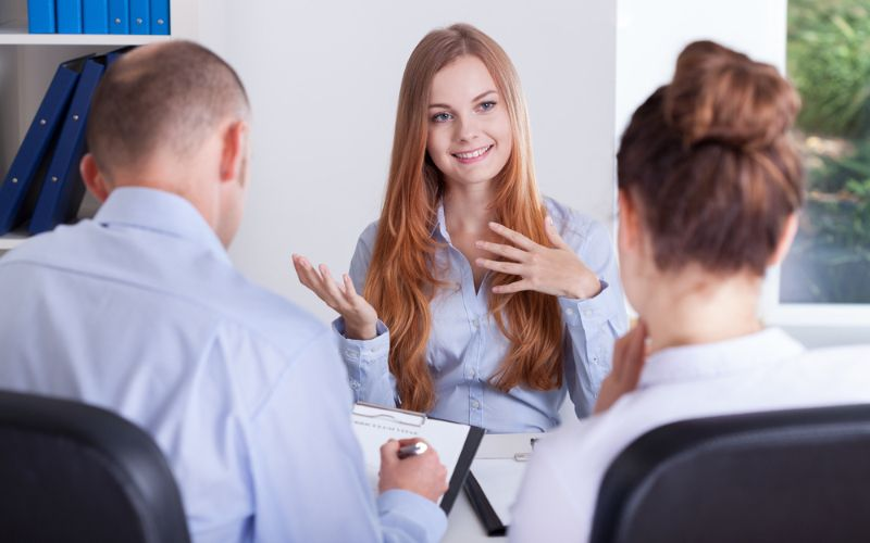 Professor fazendo entrevista