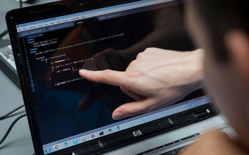 Programador com código aberto