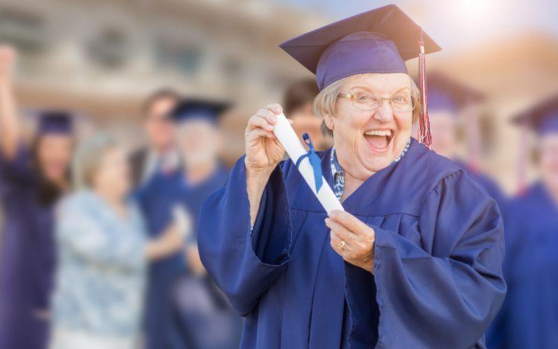 Senhora com 50 anos se formando