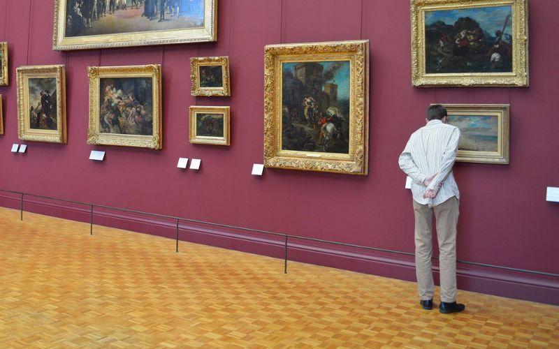 Visitante no museu