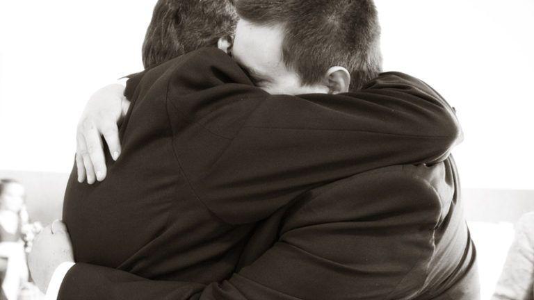 Funcionários se abraçando